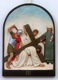 de 3de Posten van het Kruis, Jesus valt de eerste keer royalty-vrije stock fotografie