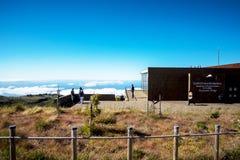 De de Radarpost van de luchtdefensie op Pico do Arieiro, bij 1.818 m hoog, is het eiland` s derde hoogste piek van Madera Stock Afbeeldingen