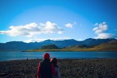 De de reismensen van IJsland bekijken aard De fjorden van het oosten in IJsland stock foto's