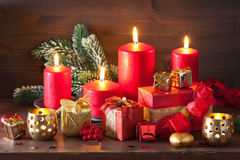 De de rode en gouden doos van de Kerstmisgift en kaars van de decoratielantaarn Stock Foto's