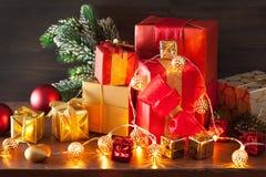 De de rode en gouden doos van de Kerstmisgift en kaars van de decoratielantaarn Stock Foto