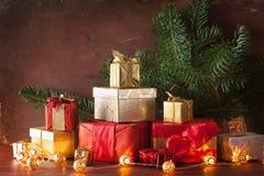 De de rode en gouden doos van de Kerstmisgift en kaars van de decoratielantaarn Stock Fotografie