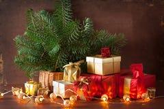 De de rode en gouden doos van de Kerstmisgift en kaars van de decoratielantaarn Stock Afbeelding
