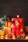 De de rode en gouden doos van de Kerstmisgift en kaars van de decoratielantaarn Royalty-vrije Stock Afbeeldingen