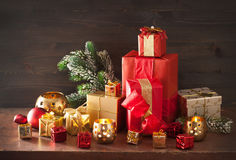 De de rode en gouden doos van de Kerstmisgift en kaars van de decoratielantaarn Royalty-vrije Stock Foto's
