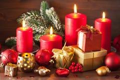 De de rode en gouden doos van de Kerstmisgift en kaars van de decoratielantaarn Royalty-vrije Stock Fotografie