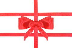 De de rode knoop en linten van de satijnboog op wit - reeks 30 Stock Foto