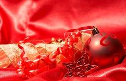 De de rode snuisterijen en ster van Kerstmis Stock Foto