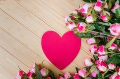 De de rozen en kaart van de hartvorm voor uw bericht Royalty-vrije Stock Afbeelding