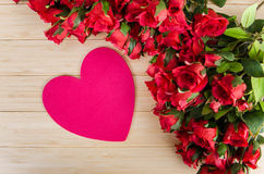 De de rozen en kaart van de hartvorm voor uw bericht Stock Foto