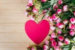 De de rozen en kaart van de hartvorm voor uw bericht Royalty-vrije Stock Fotografie
