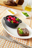De de Russische vinaigrette en sandwich van de bietensalade met haringen royalty-vrije stock afbeelding