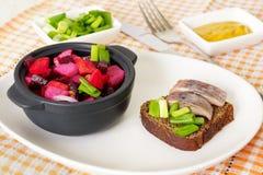 De de Russische vinaigrette en sandwich van de bietensalade met haringen stock foto