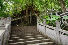 De in de schaduw gestelde trap van de hellingssteen vóór de oude Chinese bouw I Stock Afbeeldingen