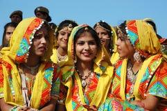 De de schoolmeisjes van Rajasthani treffen om prestaties bij Pushkar kameelmarkt te dansen voorbereidingen Stock Fotografie