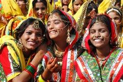 De de schoolmeisjes van Rajasthani treffen te dansen voorbereidingen prestaties Royalty-vrije Stock Afbeelding