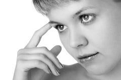 De de schoonheidsvrouw van close-ups denkt Stock Foto