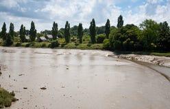 De de slijmerige bodem en bank van de rivier na watervloed Royalty-vrije Stock Afbeelding