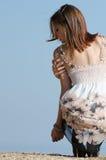 De de slijtagekleding van de maniervrouw stelt bij de rand van een heuvel Stock Afbeeldingen