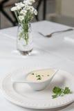 De de smakelijke saus of witte saus van Bechamel met vers groen Stock Afbeeldingen