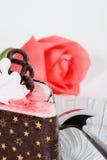 De de soufflécake van de framboos en nam toe Royalty-vrije Stock Foto's
