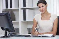 De de Spaanse Vrouw of Onderneemster van Latina in Bureau Stock Foto's