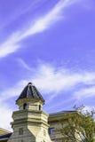 De de spitstoren en wolken Stock Afbeelding