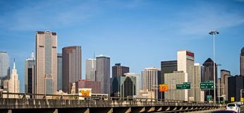 De de stadshorizon en de omgeving van de binnenstad van Dallas Texas Stock Foto's