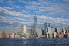 De de Stadshorizon van de binnenstad van New York met Freedom Tower zoals die van de Stad April 2017 wordt gezien van Jersey Stock Afbeeldingen
