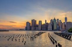 De de Stadshorizon van de binnenstad van New York in mooie zonsondergang stock fotografie