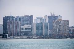 de de stadshorizon van de binnenstad van windsorcanada over rivier in de lente wint stock foto's
