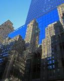 De de Stadshorizon van New York denkt in een glasgebouw na Stock Foto's