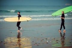 De de surferbeginner en instructeur op een strand met het surfen schepen in Royalty-vrije Stock Foto