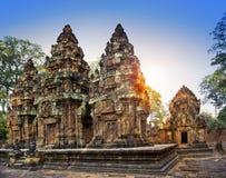 De de Tempelruïnes van Banteaysrey (Xth-Eeuw) op een zonsondergang, Siem oogsten, Kambodja stock afbeeldingen