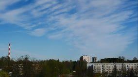 De de Tijdspannehemel van de zonsopgangtijd en het bewegen zich betrekken Elektrische centralepijp met rook Letland 4K stock footage