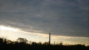 De de Tijdspannehemel van de zonsopgangtijd en het bewegen zich betrekken Elektrische centralepijp met rook Letland 4K stock video