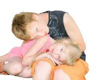 De de twee jonge geitjesbroer en zuster clured omhoog samen Royalty-vrije Stock Fotografie