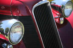 De de uitstekende Koplampen en Grill van de Auto Stock Afbeelding