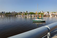 De de valse Huizen en Zeilboot van de Kreekvlotter Stock Afbeelding