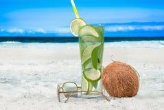 De de verfrissende drank en kokosnoot van Mojito op het strand Stock Foto's