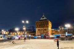 De de verlichte muur en hoofdingang van het Kremlin in Nizhny Novgorod royalty-vrije stock fotografie