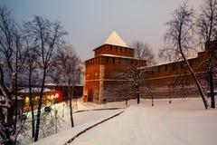 De de verlichte muur en hoofdingang van het Kremlin in Nizhny Novgorod royalty-vrije stock afbeeldingen