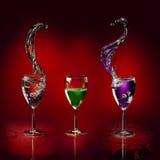 De de verschillende vriendelijke vloeistof en plons van glazen Royalty-vrije Stock Foto