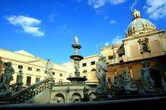 De de vierkante fontein & kerk van Pretoria. Palermo, Sicilië royalty-vrije stock fotografie