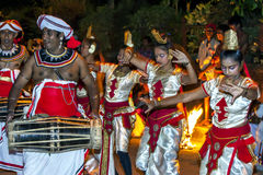 De de vrouwelijke dansers en Gatabera-Spelers treffen om aan Esala Perahera in Kandy, Sri Lanka deel te nemen voorbereidingen Royalty-vrije Stock Foto's