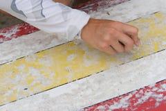 De in de was zettende surfplank van de vrouw Stock Afbeeldingen