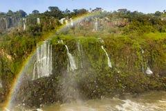 De de watervallen en regenboog van Iguazu stock foto