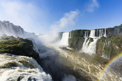 De de watervallen en regenboog van Iguazu stock afbeelding