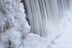 De de wintercascade draagt Kreek Royalty-vrije Stock Afbeeldingen