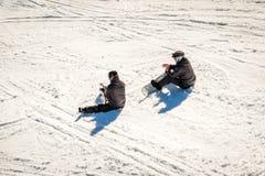 De de winterscène, twee snowboarders rust royalty-vrije stock foto's